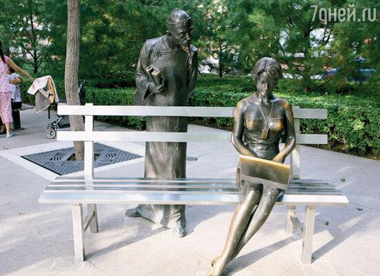 Конфуций и девушка с ноутбуком. В одном из парков Пекина