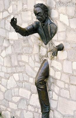 В Париже в одну из стен на Монмартре «закатали» мужчину — героя книги М. Эме, умевшего проходить сквозь стены