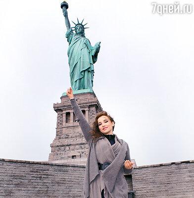 Анфиса Чехова на фоне статуи Свободы
