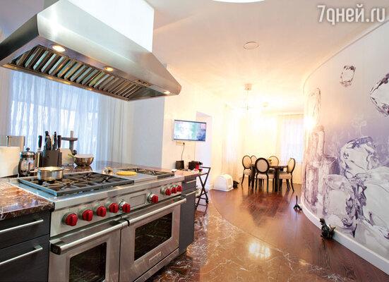 Кухня оснащена попоследнему слову техники. Плитапредставляет собой многофункциональный комбайн дляприготовления пищи всеми возможными способами