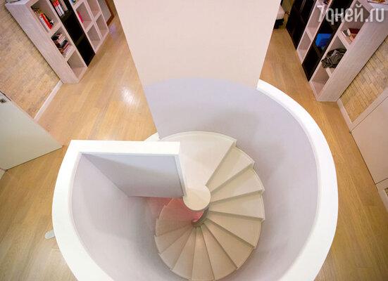 Оригинальная винтовая лестница из библиотеки дочери на третий этаж