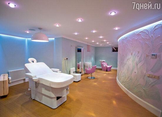 Личный спа-салон: специальная раковина для мытья головы, зеркало спарикмахерским креслом, стойка дляманикюра, массажный стол, которыйлегко трансформируется вкресло дляпедикюра