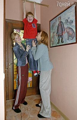 Мария Шукшина с дочерью Аней и сыном Макаром