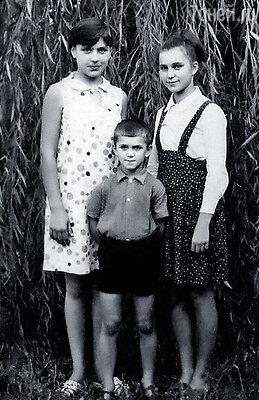 На этой фотографии мне (слева) тринадцать лет. С приятельницей и ее братом