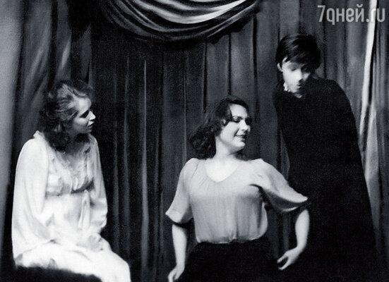 Сцена из студенческого спектакля в Школе-студии МХАТ. Я (в центре) со звездой курса Ириной Резниковой