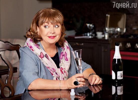 Я в ту пору, как и Таня Догилева, ставшая моей закадычной подружкой, употребляла только шампанское. В общем, те еще были аристократки