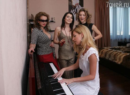 На новоселье у Сати. Хозяйка квартиры с Анфисой Чеховой и подругами- «фабрикантками» Ириной Тоневой и Сашей Савельевой