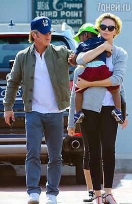 Шарлиз Терон с Шоном Пенном и сыном Джексоном на прогулке