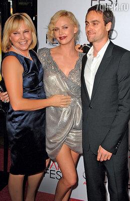 Шарлиз с матерью Гердой и гражданским мужем Стюартом Таунсендом. 2009 г.