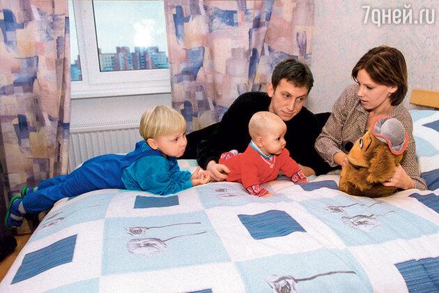Михаил Трухин и Любовь Ельцова с детьми