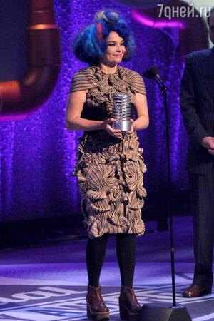����� � ������ �� Iris Van Herpen �� ��������� �������� ������ 16th Annual Webby Awards � 2012 ����