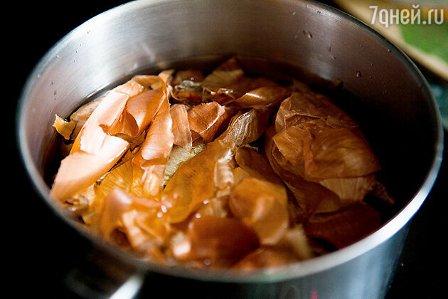Чем больше шелухи вы возьмете, тем насыщенней будет отвар и ярче цвета яичной скорлупы. Сложите шелуху в кастрюлю, залейте водой и доведите до кипения. Варите на слабом огне 20-25 минут, чтобы отвар получился насыщенного коричневого цвета