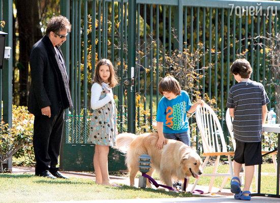 На прогулке в Беверли-Хиллз с дочерью Оливией Роуз и сыном Антоном Джеймсом. 2010 г.