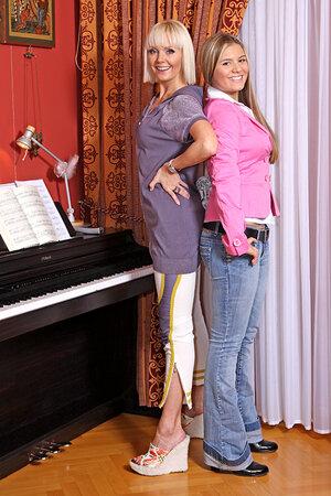 В повседневной жизни Валерия одевается под стать своей 15-летней дочке. Никаких шпилек, удобно, спортивно, молодежно
