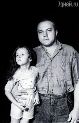 В двадцать шесть у Сенина родилась дочь Арина. Этого хотела жена Галя. Он честно говорит, что в то время совершенно не был готов стать отцом