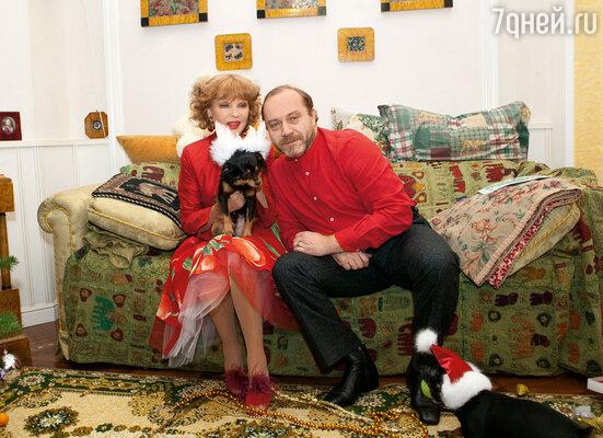 Сергей и Люся дома с пинчером Пепе и тойтерьером Гавиком