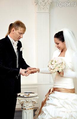 «Гражданский брак, свободные отношения— этолукавство. Если людей связывают серьезные чувства, они должны пожениться»