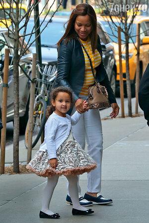 Грейс Хайтауэр (вторая жена Роберта Де Ниро) с дочкой Хелен Грейс. Нью-Йорк, апрель 2015 г.