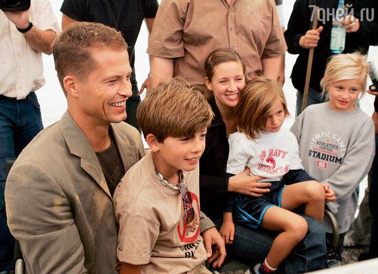 Тиль сразу заявил Дане, что мечтает о большой семье. С женой, сыном Валентином, и дочерьми — Лилли и Луной на съемках картины «Босиком по мостовой», 2004 г.