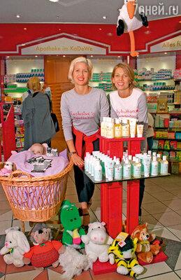 Дана с подругой Урсулой Карвен взялась продвигать свою компанию по продаже косметики для беременных и новорожденных. 1999 г.