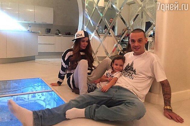Айза Долматова с Гуфом и сыном Сэмом