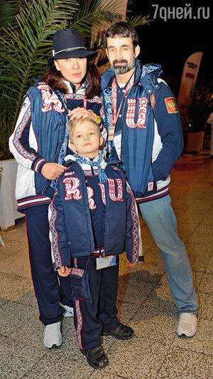 Дмитрий Певцов с женой Ольгой Дроздовой и сыном Елисеем