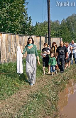 Дорога от дома певца до храма занимает всего несколько минут