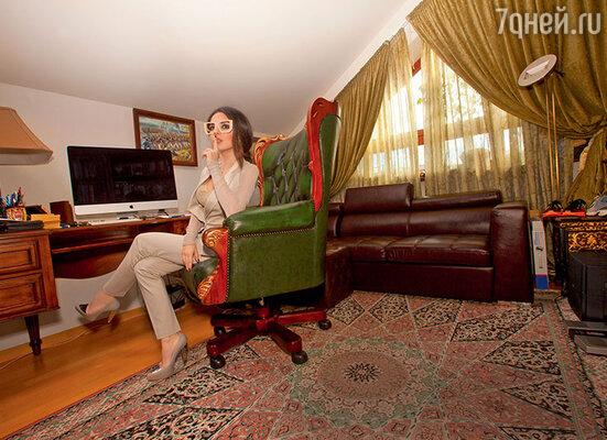 Кабинет обставлен таким образом, чтобы в нем было удобно как работать, так и отдыхать