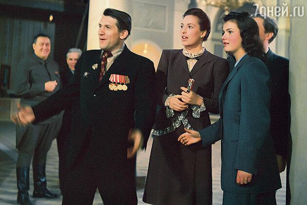 Клара Лучко с Николаем Крючковым и Юлией Борисовой в фильме «Три встречи». 1948 г.