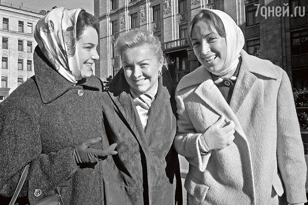 Клара Лучко с Элиной Быстрицкой и Людмилой Целиковской. 1961 г.