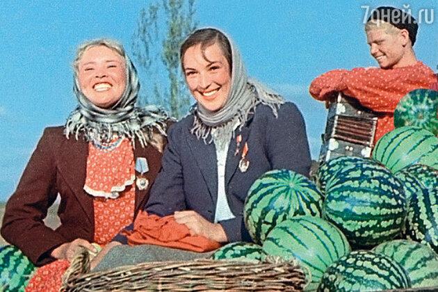 Клара Лучко с Екатериной Савиновой и Сергеем Ильдом в фильме «Кубанские казаки». 1949 г.