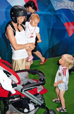 Елена Бережная привезла во Францию детишек и целую неделю провела в отеле — на первом же конкурсе сильно повредила ногу