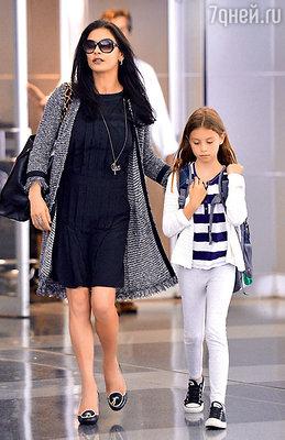 Кэтрин Зета-Джонс с дочерью Кэрис. Аэропорт Нью-Йорка, 2012 г.