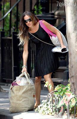 Сара Джессика Паркер водном и том же платье напороге своего дома. Нью-Йорк. Август 2012 г.