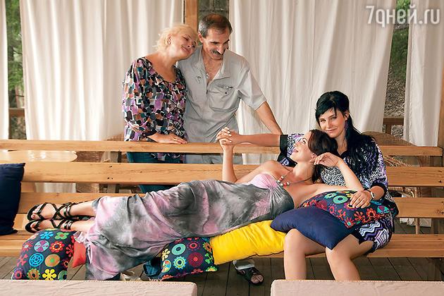 Анна Снаткина с сестрой Машей и родителями