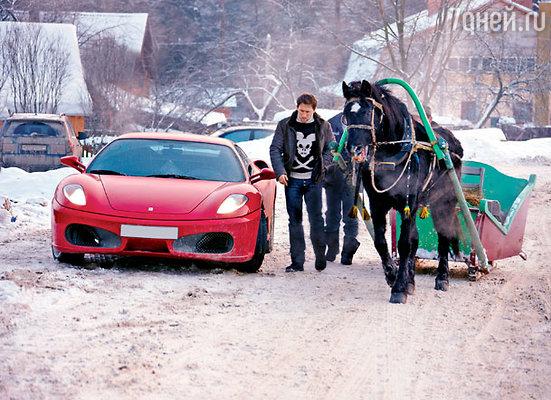 Вызволить стильное авто Кучеры из сугроба помогла простая деревенская лошадь