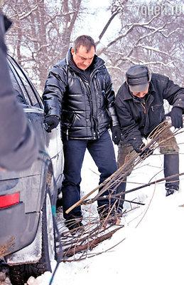 Машина Фоменко тоже не смогла осилить российские сугробы, подсобил мужичок с хворостом