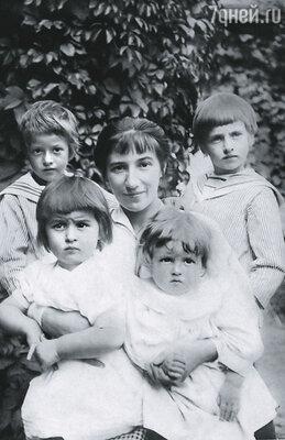 Зинаида Серебрякова с сыновьями Александром и Евгением и дочерьми Таней и Катей