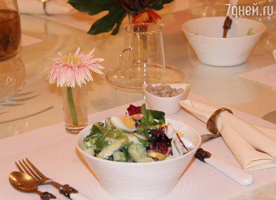 Завтрак в приятной обстановке – роскошная сервировка, свежий и ароматный творожно-фруктовый салат в исполнении личного шеф-повара «Оригитеи»