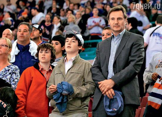 С сыновьями Дэниелом и Майклом. Апрель 2010 г.