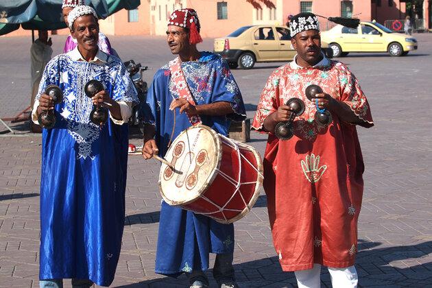 Музыкальную многоголосицу на площади неустанно обеспечивают музыканты и танцоры бродячего племени гнауа, потомки рабов из «черной» Африки