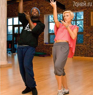 Аврора на уроке танцев