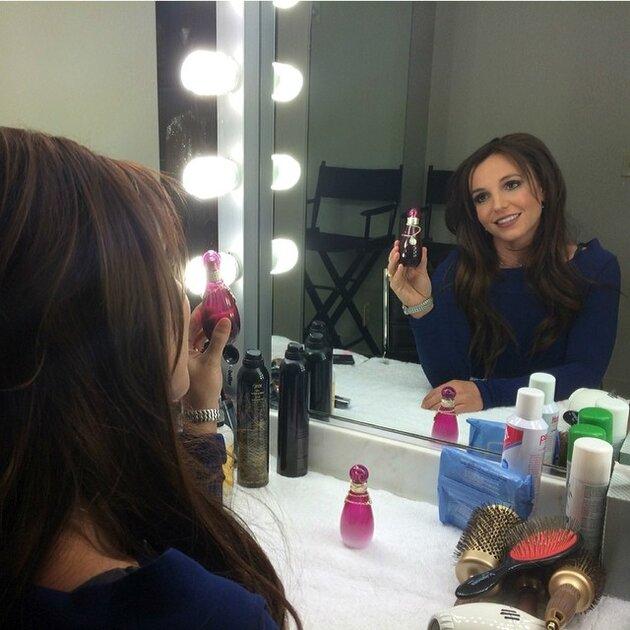 Бритни Спирс в образе брюнетки