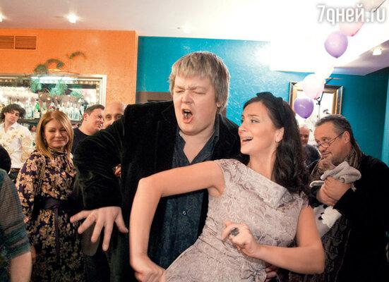 Настроение вечеринки в стиле диско с радостью поддержали родители юбилярши Екатерина и Александр Стриженовы