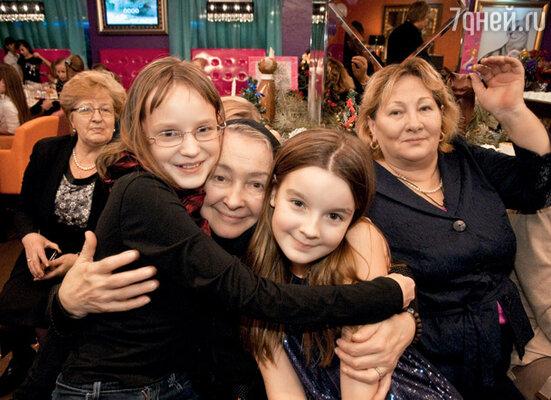Саша со своей бабушкой Любовью Васильевной (мамой отца) и двоюродной сестрой Елизаветой