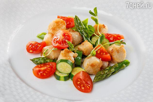 Салат из овощей и гребешков