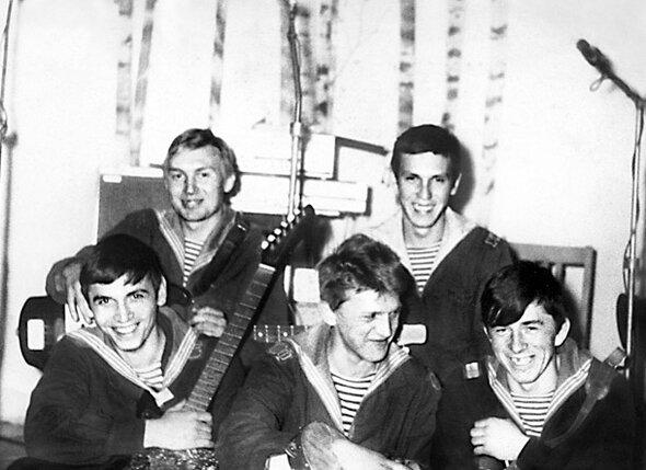 В созданном мной ВИА «Гольфстрим» я был барабанщиком (во втором ряду справа)