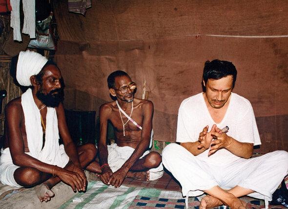 В шалаше монаха-шиваита. Сам гуру, увидев фотоаппарат, отошел в сторону: «Не положено...»