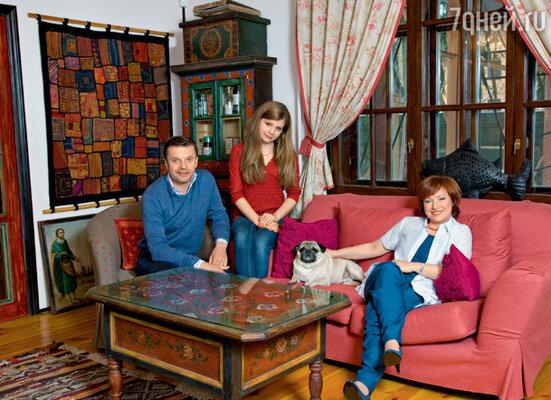 Леонид Парфенов с женой Еленой Чекаловой и дочерью Марией. На стене — тибетский ковер, сшитый в стиле петчворк