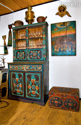 В доме телеведущих множество вещей из вологодских деревень: сундук, самовар, подставка для лучины — светец, старинная икона